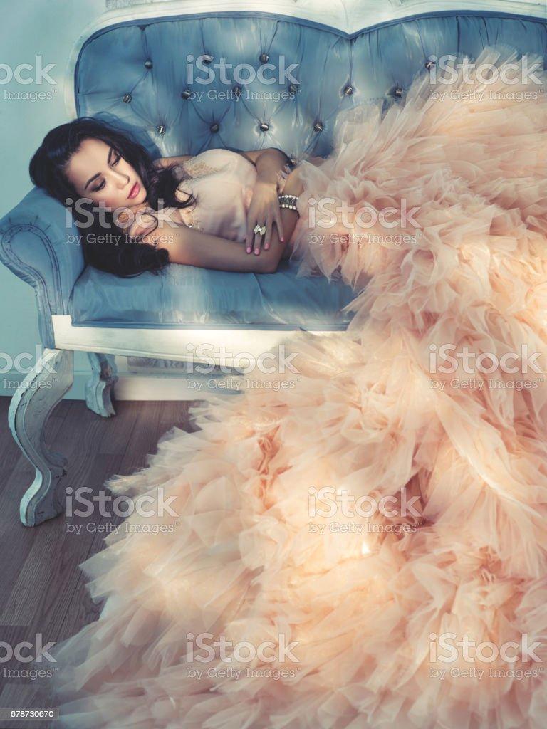 Belle jeune femme en robe magnifique photo libre de droits