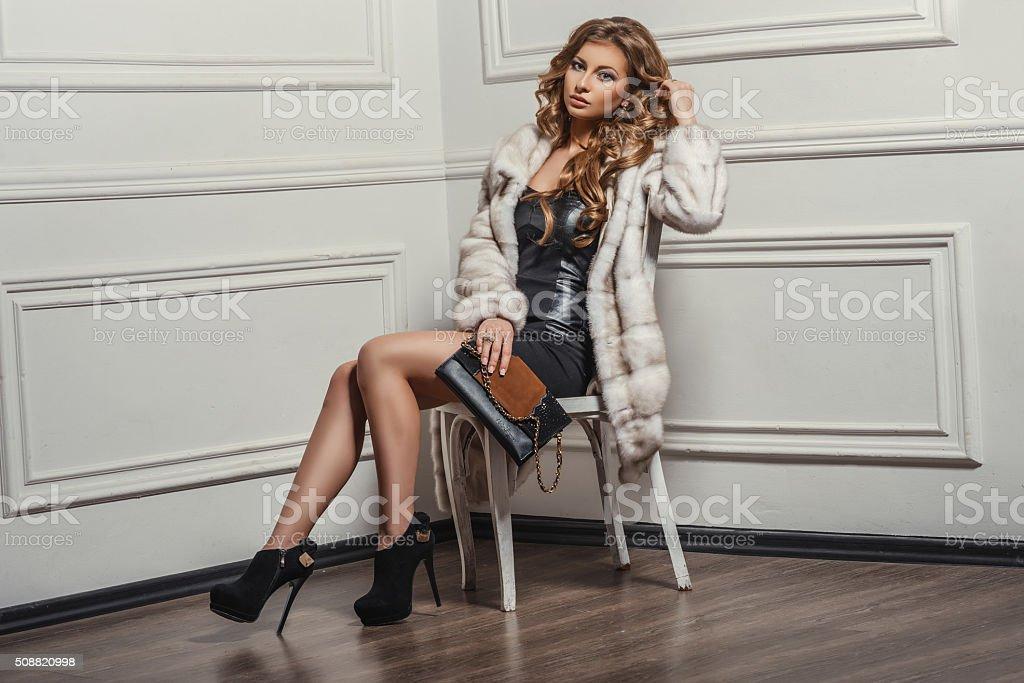 Młoda Piękna kobieta w skórzane buty i stylowa torba na ramię – zdjęcie