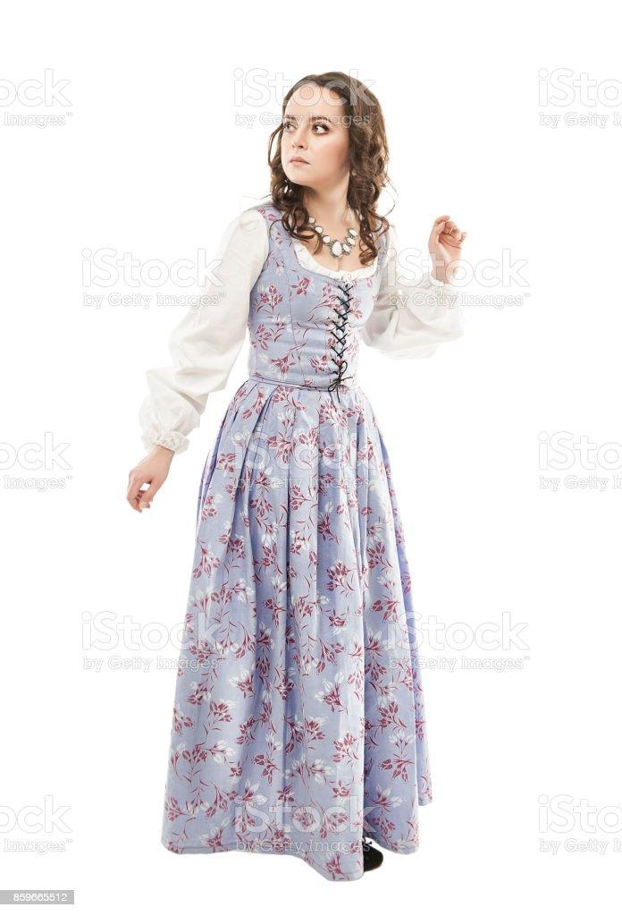 Junge schöne Frau im langen mittelalterlichen Kleid isoliert – Foto