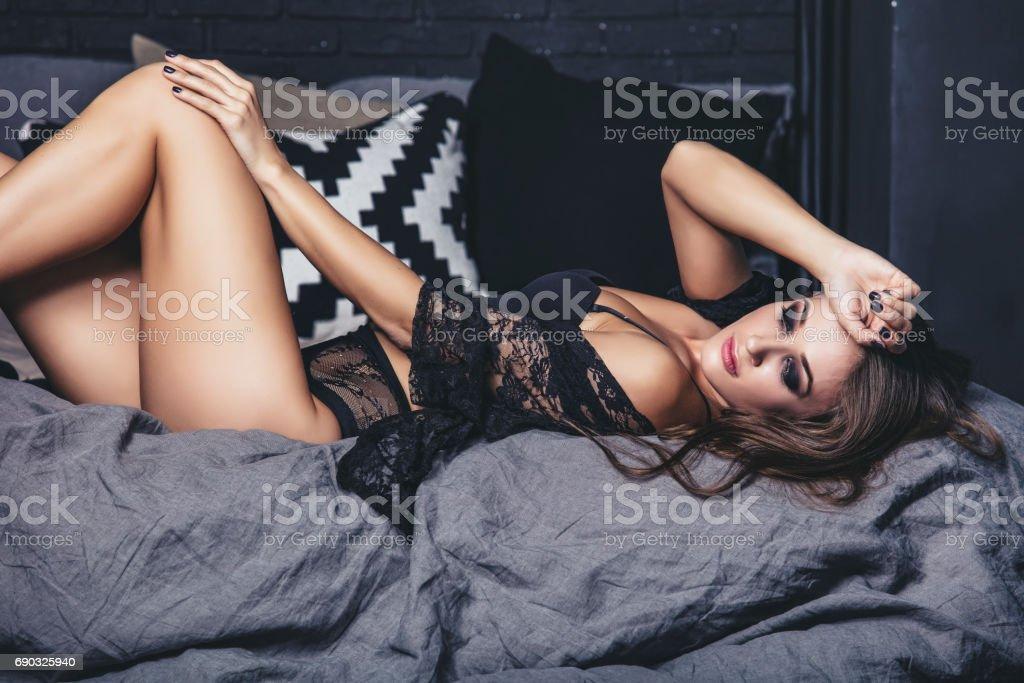 Joven mujer hermosa morena moda de lencería de lujo en el dormitorio - foto de stock