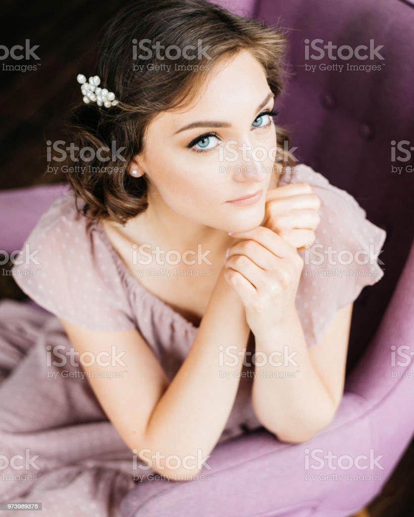 Junge Schöne Frau In Rosa Kleid Mit Stilvollen Makeup Und