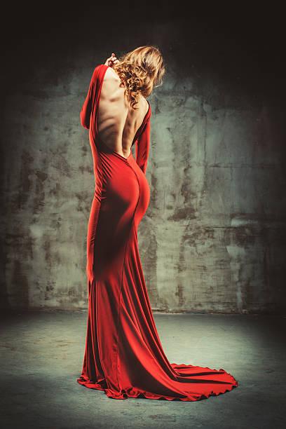 junge schöne frau im roten kleid - lange abendkleider stock-fotos und bilder
