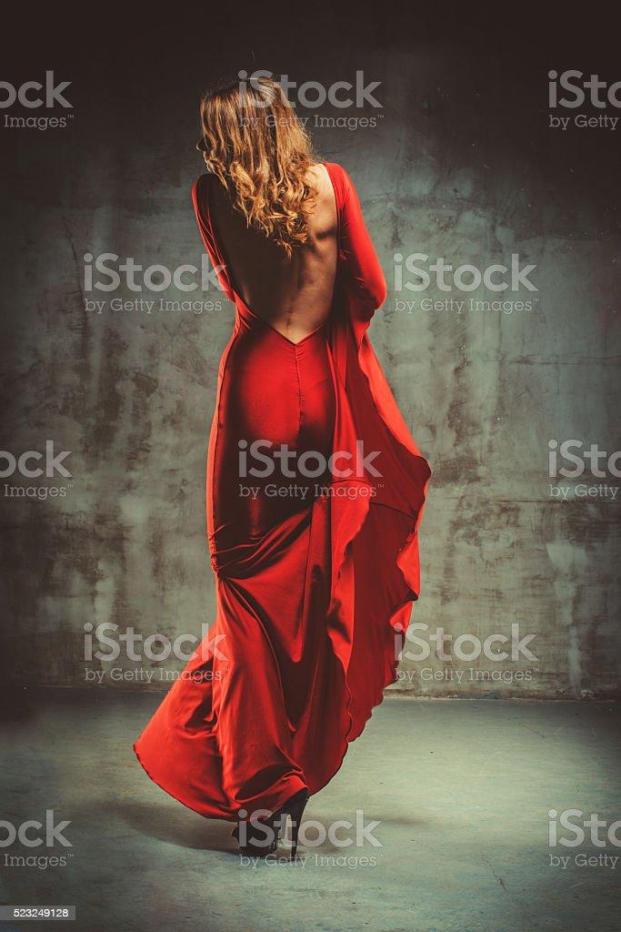 Junge schöne Frau im roten Kleid – Foto