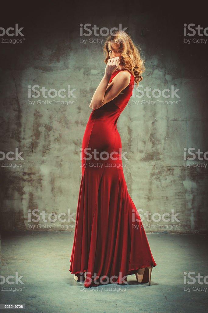 89bf75c3a3f7 Giovane Bella Donna In Abito Rosso - Fotografie stock e altre ...