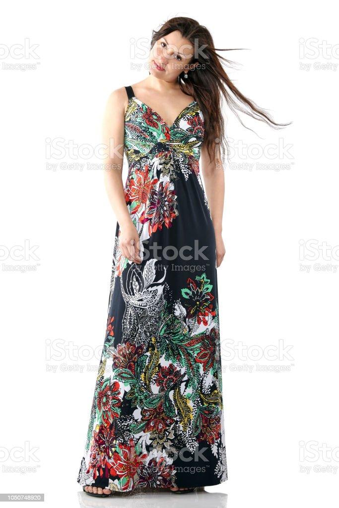 8405962ac99f jovem mulher bonita no vestido de verão com padrão de flores coloridas,  cabelos longos,