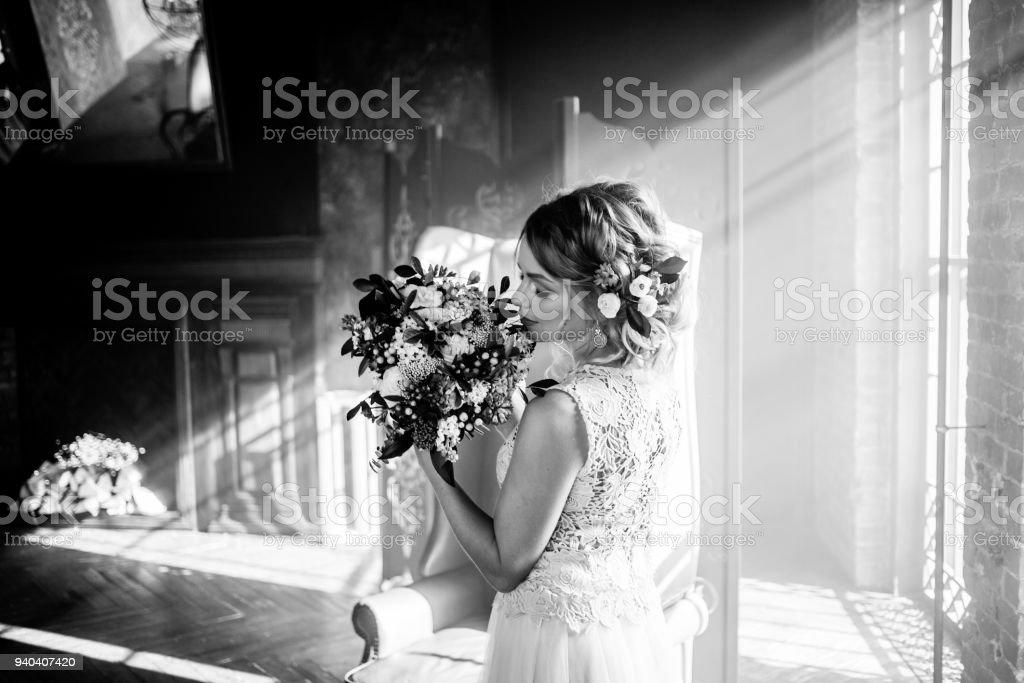 Mujer hermosa joven en novia con ramo de flores. Peinado de novia, flores en el pelo. - foto de stock