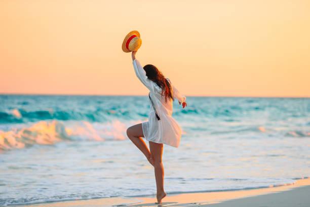 Junge schöne Frau am tropischen Strand im Sonnenuntergang. – Foto