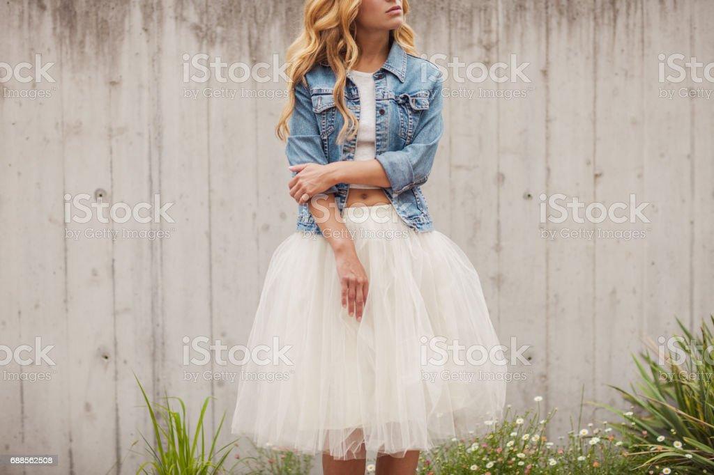 Mujer joven hermosa al aire libre - foto de stock