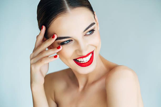 joven hermosa mujer - labios rojos fotografías e imágenes de stock