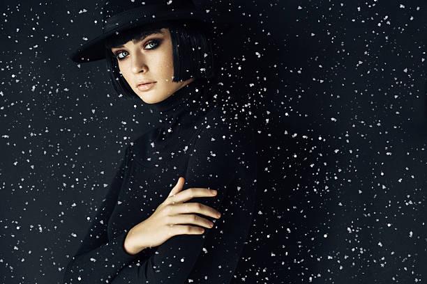 joven hermosa mujer  - moda de invierno fotografías e imágenes de stock