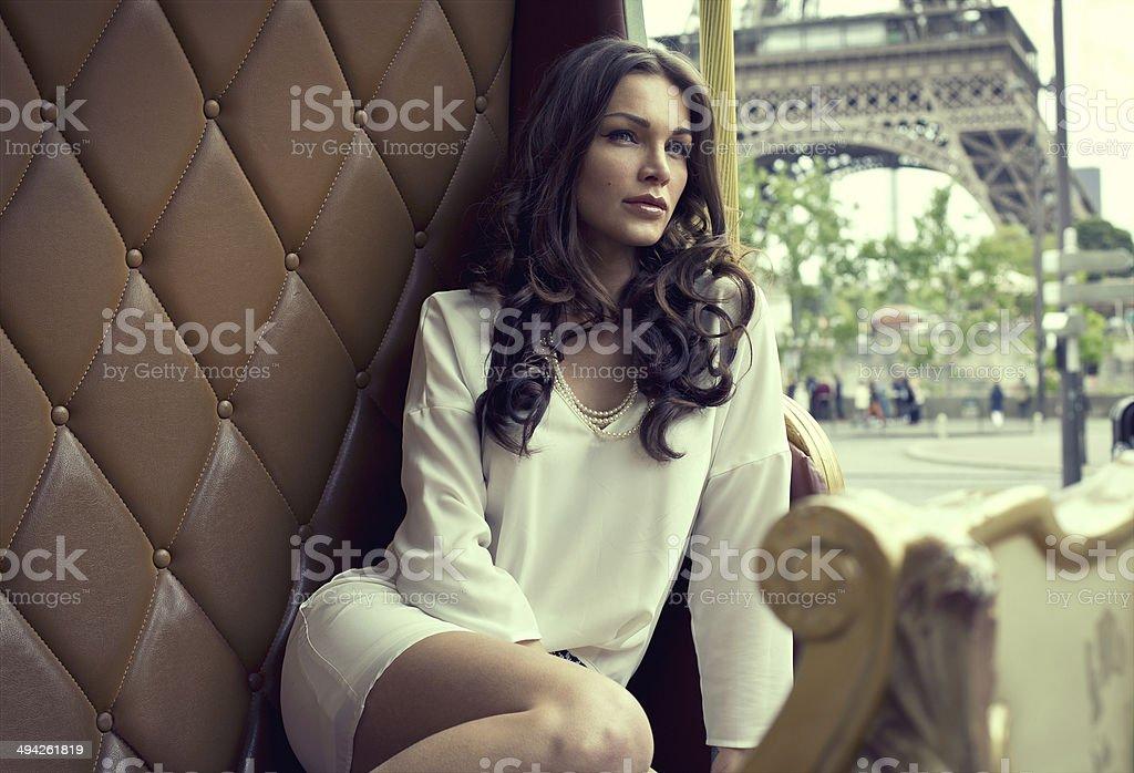 Joven hermosa mujer descansando en París - foto de stock