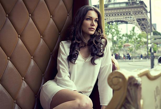 joven hermosa mujer descansando en parís - moda parisina fotografías e imágenes de stock