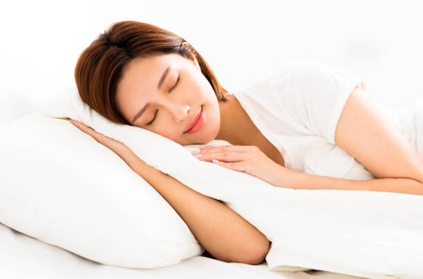 ベッドで眠っている若い美女 - dream ストックフォトと画像