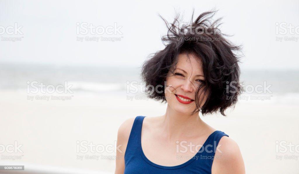 Junge schöne Frau am Strand. Urlaub am Meer. Sommer-Camp. Mädchen entspannend nach der Arbeit im Freien. – Foto
