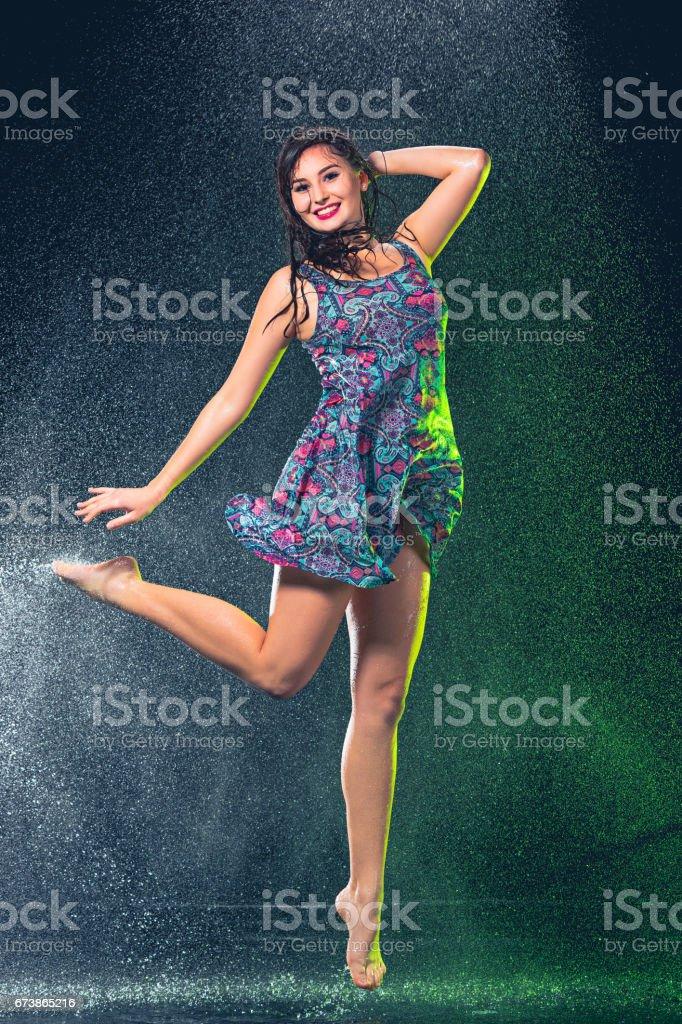 Splash yağmur altında genç güzel kadın royalty-free stock photo