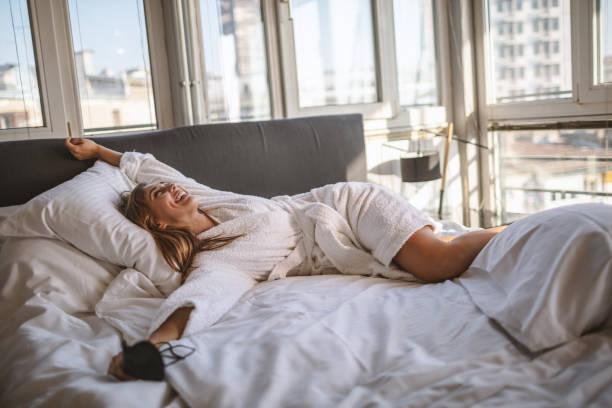 Junge schöne Frau aufwachen – Foto