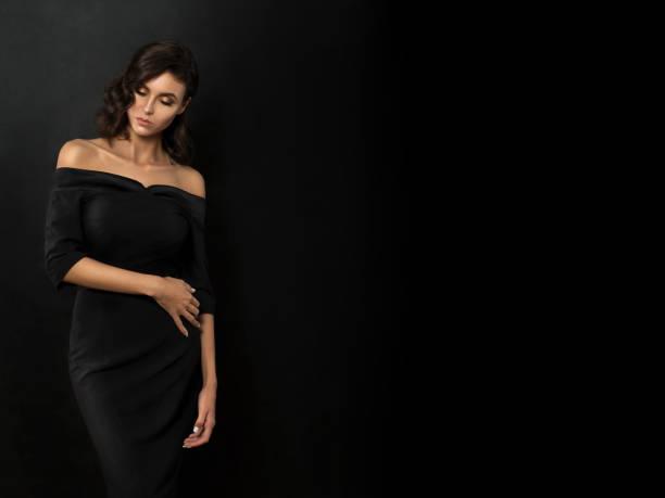 junge schöne frau tragen schwarzes abendkleid - schmale schulter stock-fotos und bilder