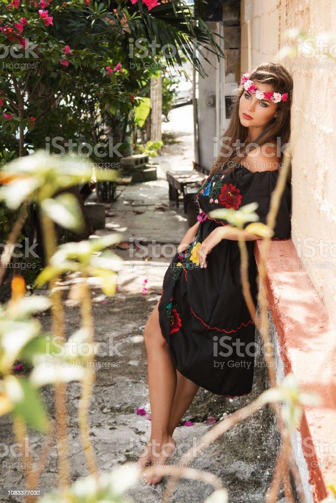 Mujer Hermosa Joven Con Vestido Mexicano Tradicional En La