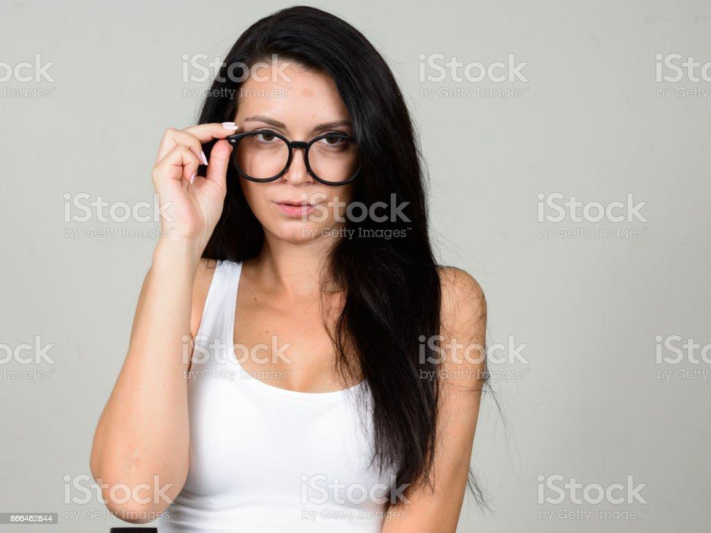 257cf003e Jovem mulher bonita vestindo top branco sobre fundo branco foto royalty-free