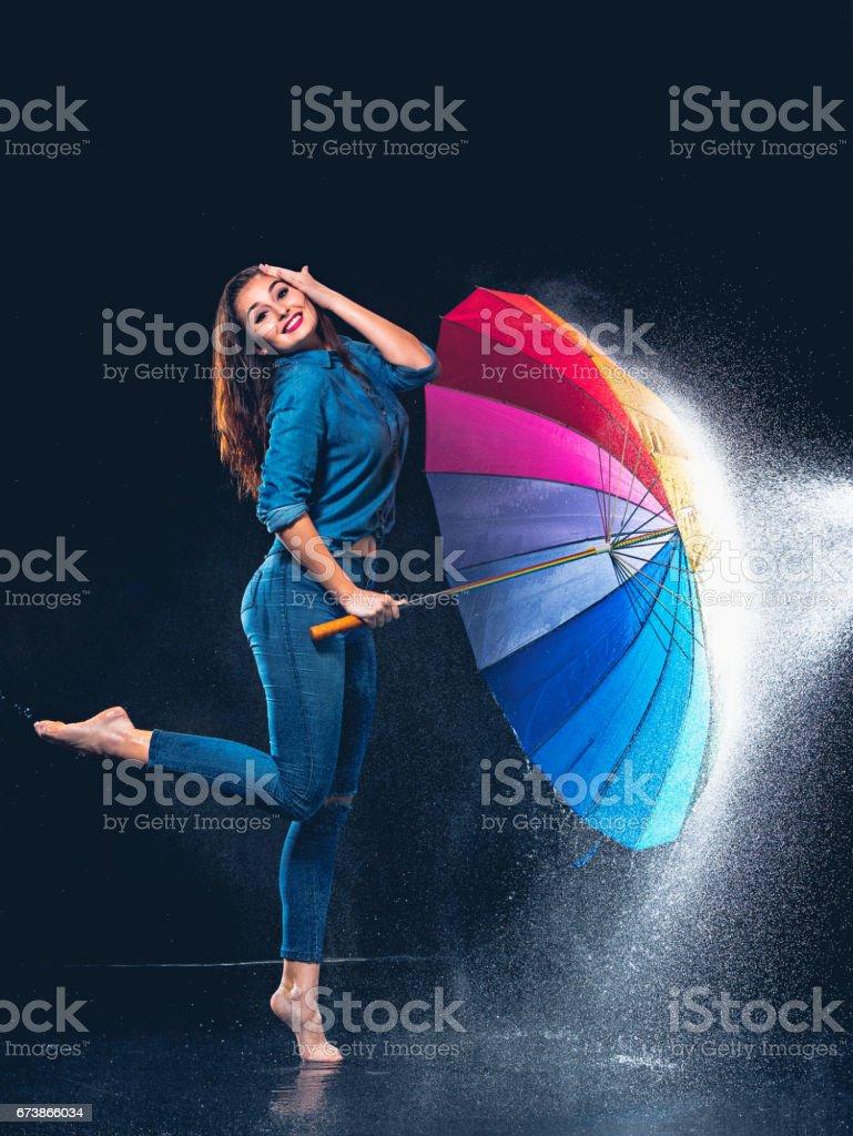 Bir şemsiye ile genç güzel kadın royalty-free stock photo