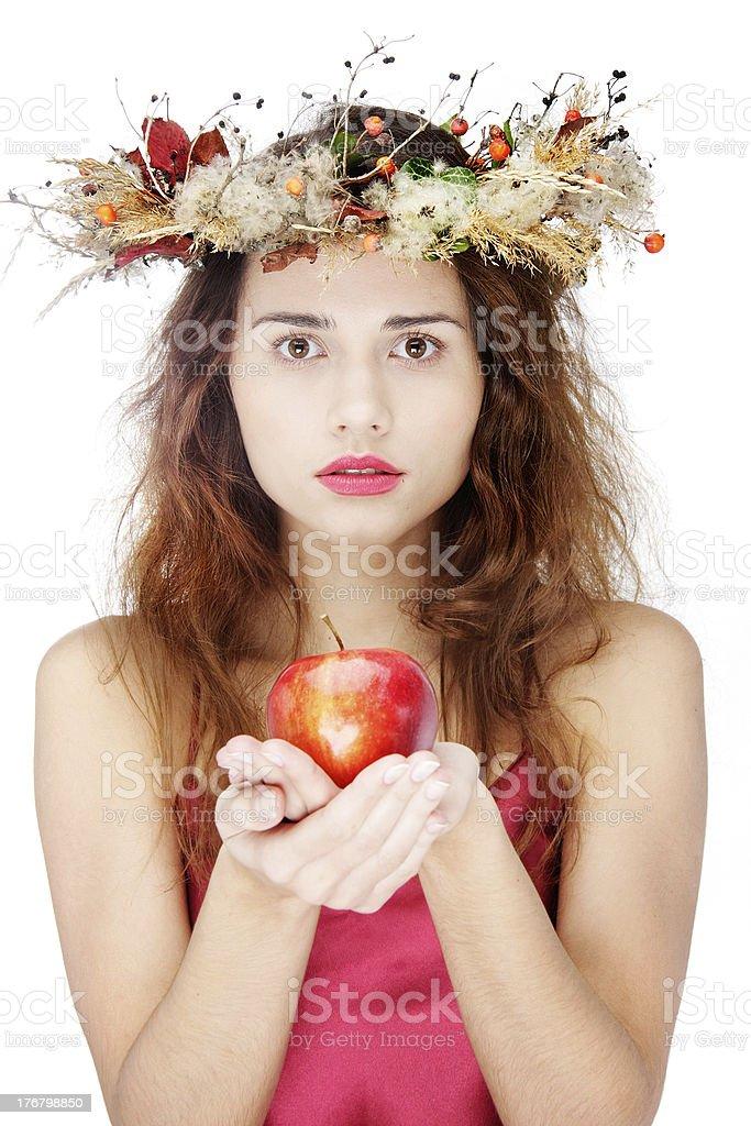 Joven hermosa mujer con manzana sobre blanco - foto de stock