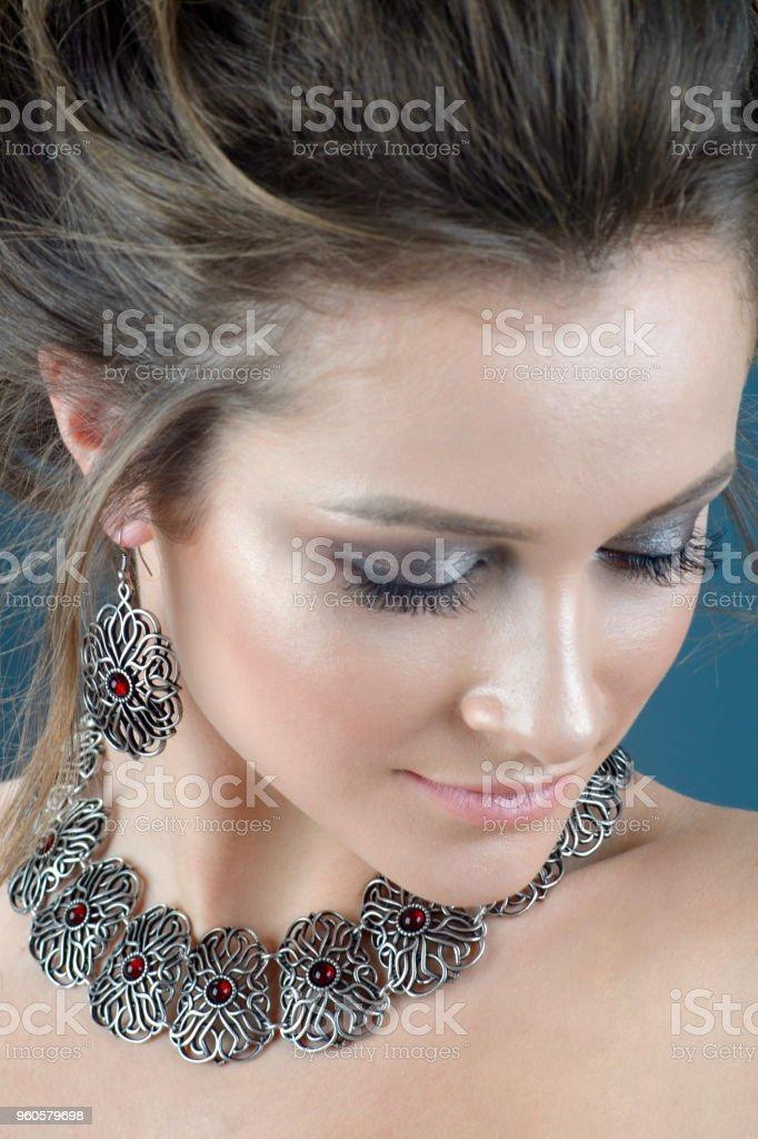 9871d53b3 mujer hermosa joven con piel fresca de cabello castaño con accesorios y  joyería aislado sobre fondo