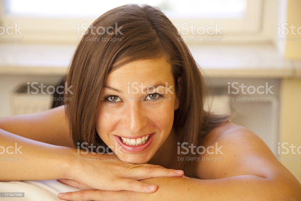 Junge schöne Frau mit braunen Haaren Lächeln – Foto