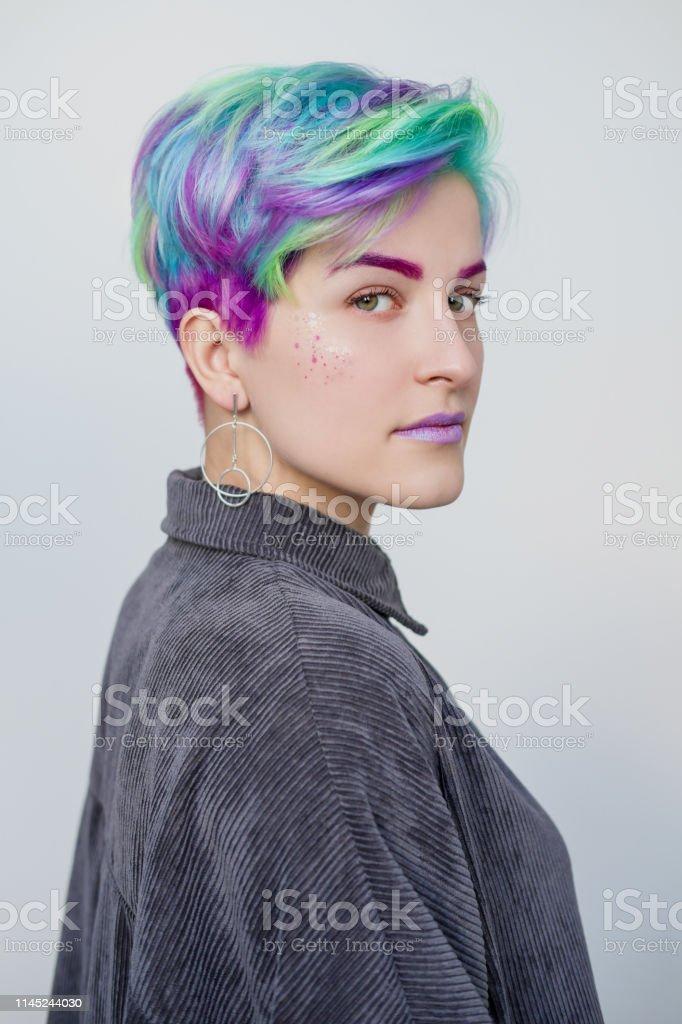 Foto De Mulher Bonita Nova Com Cabelo Azul E Verde Tingido