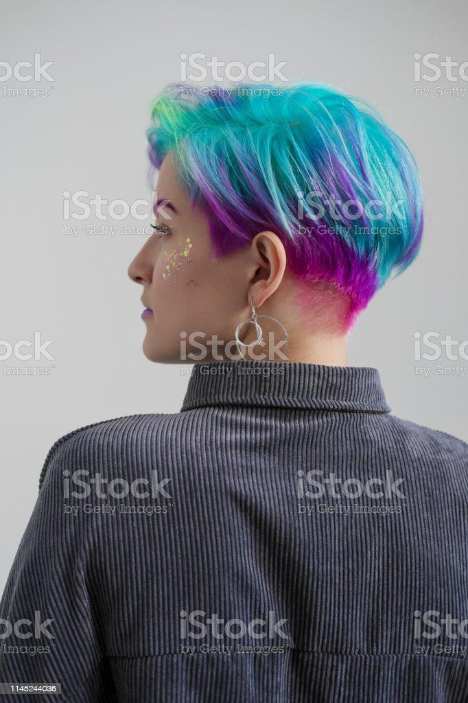 Junge Schöne Frau Mit Gefärbten Blauen Und Grünen Haaren