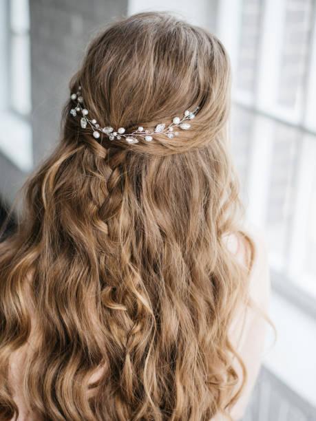 junge schöne frau mit langen blonden haaren, verziert mit perlen haarschmuck - zopf frisuren stock-fotos und bilder