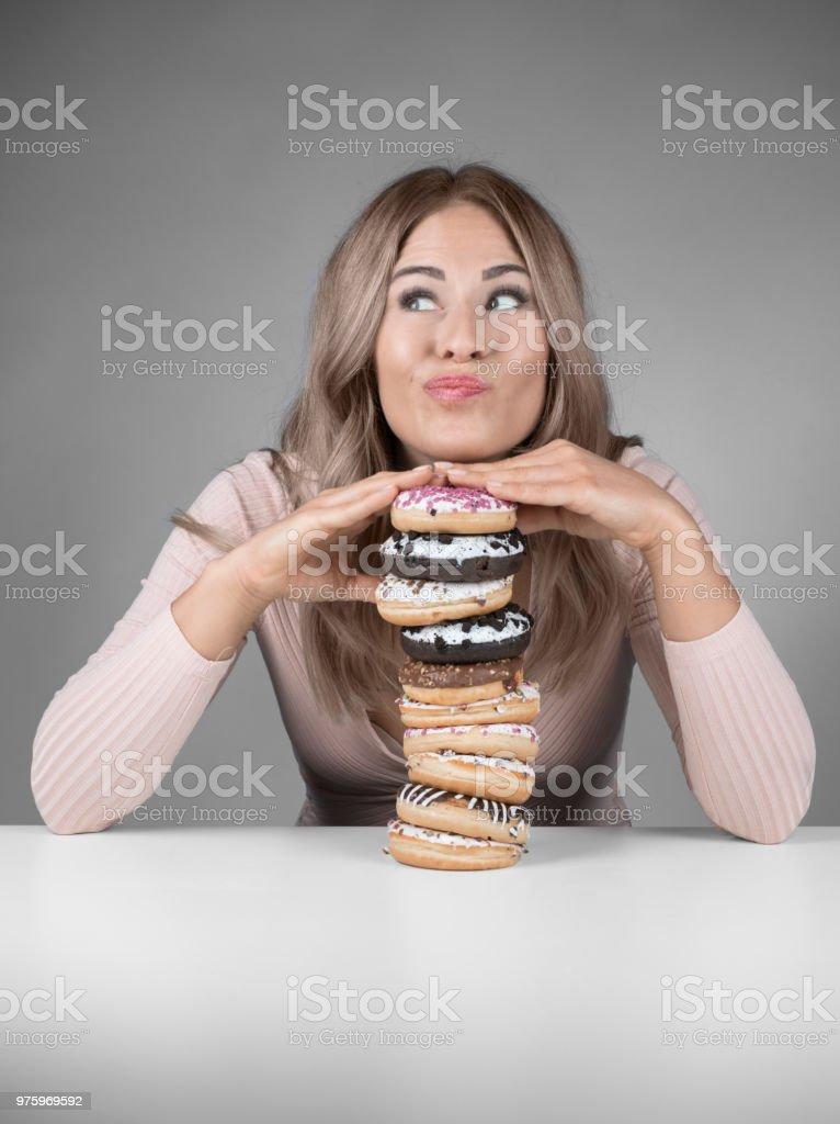 Junge schöne Frau mit viele donuts – Foto