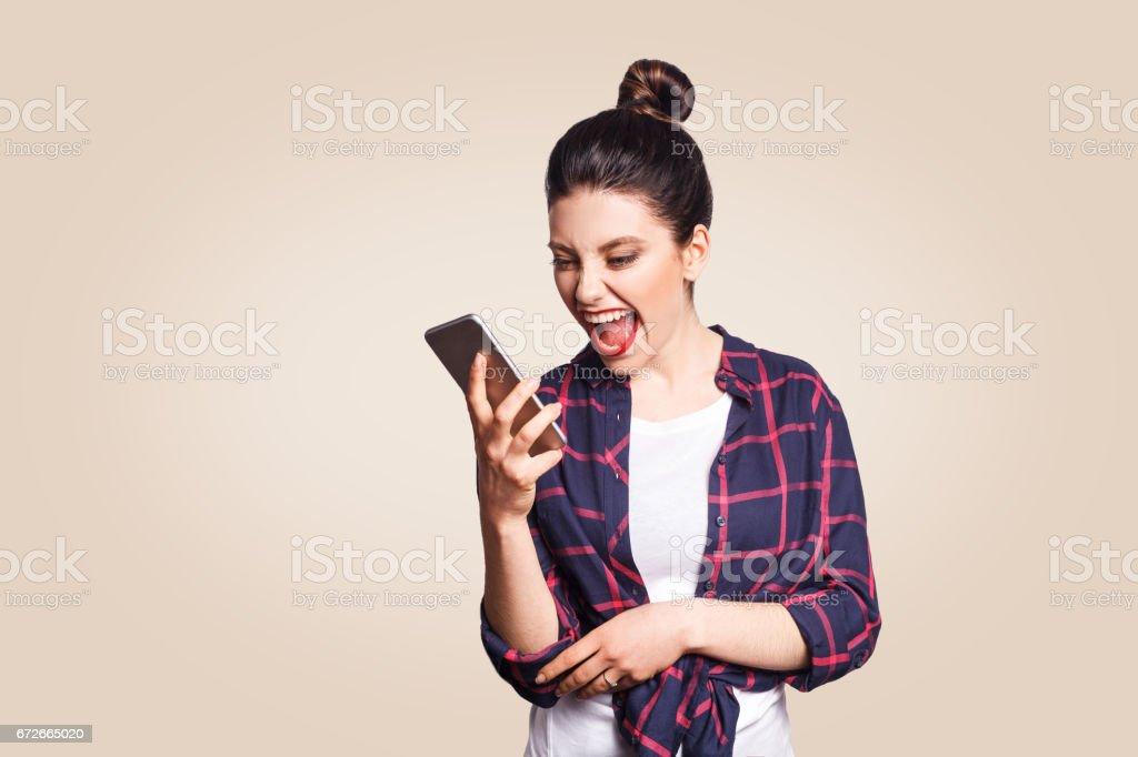 Junge schöne Frau mit Handy. – Foto