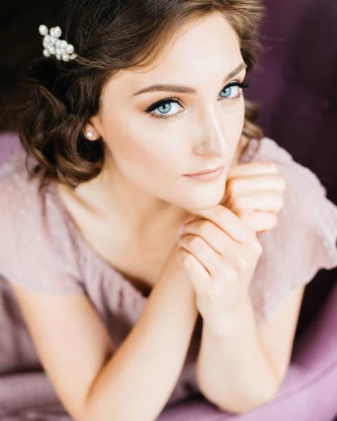 junge schöne frau mit stilvollen make-up und frisur blick in die kamera - hochzeits make up blaue augen stock-fotos und bilder