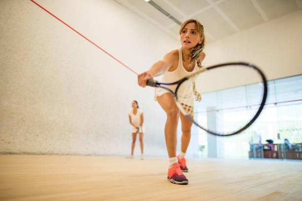 Junge schöne Frauen, squash spielen – Foto