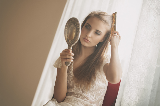 若い最上級の美しさ彼女の髪 - 1人のストックフォトや画像を多数ご用意