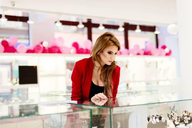junge schönheit eleganz frau schmuck in der schmuck-shop ansehen. - diamanten kaufen stock-fotos und bilder