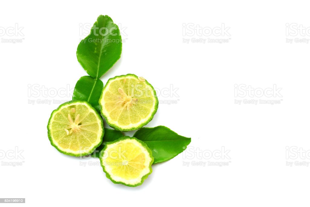 Bergamote de jeunes fruits et les feuilles sur fond blanc - Photo