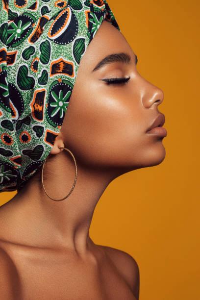 ung svart skönhet med afro frisyr - brun beskrivande färg bildbanksfoton och bilder