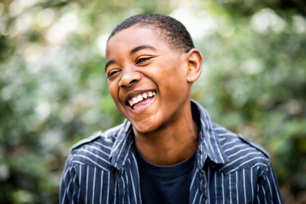 젊은 흑인 소년 초상화 - 십대 소년 뉴스 사진 이미지