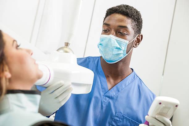 Junge Schwarze Zahnarzt Röntgenapparate Patienten putzen – Foto