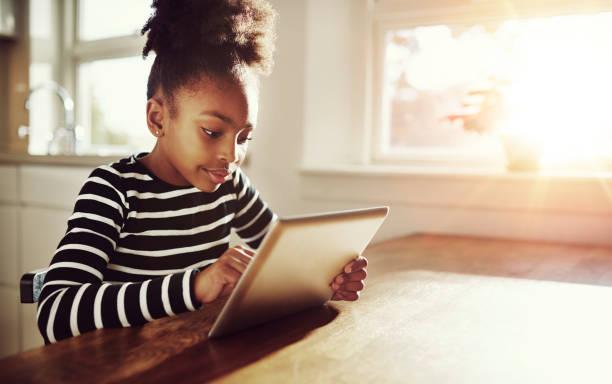 giovane nero ragazza navigando su un tablet pc - navigare in internet foto e immagini stock