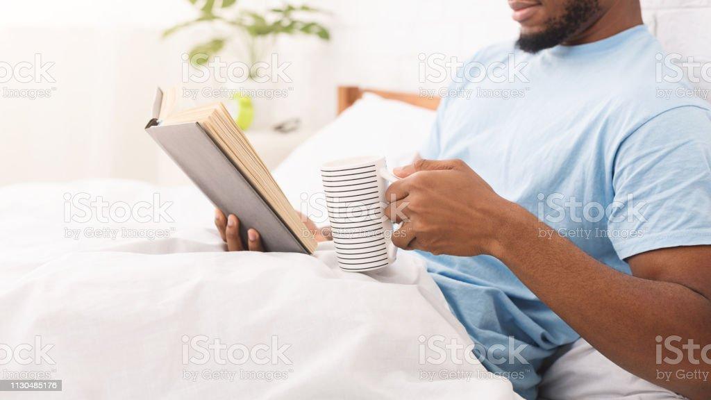 Junge schwarze Kerl Buch im Bett lesen – Foto