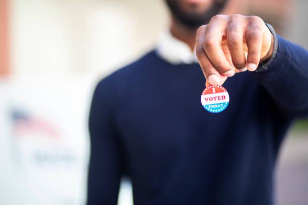 ben sticker oy ile genç siyah adam - vote stok fotoğraflar ve resimler