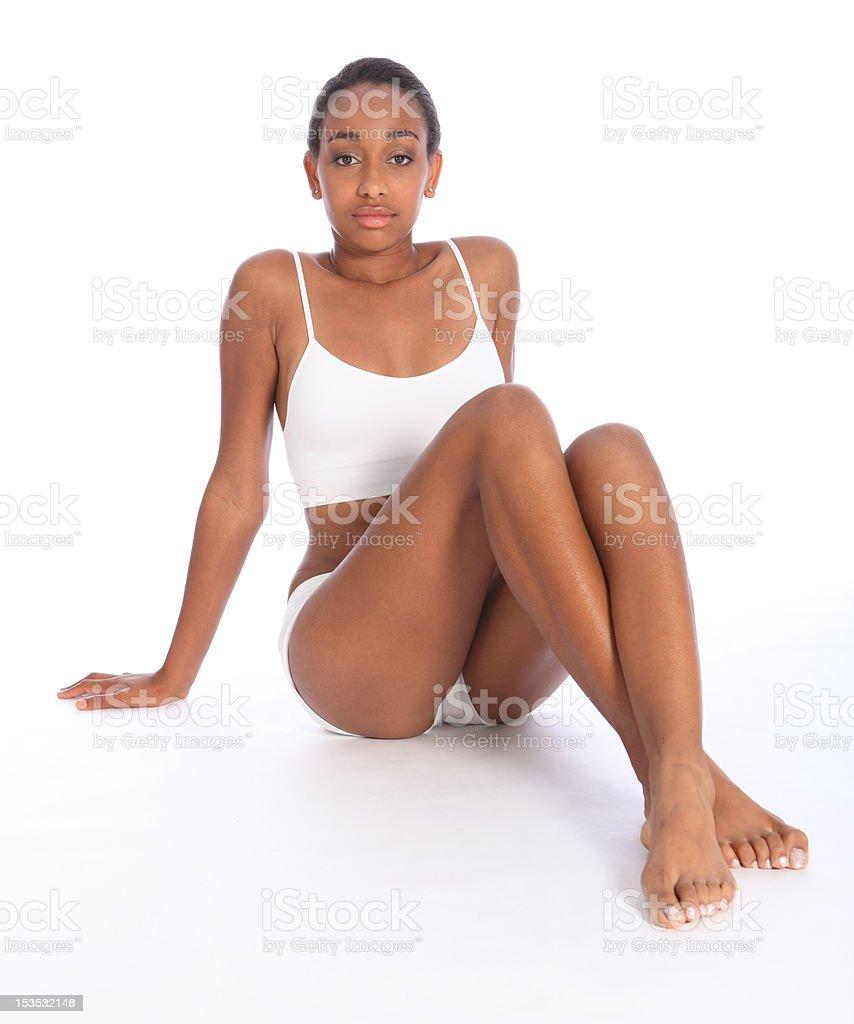 Ajuste de joven mujer negra en el cuerpo tiene deportes ropa interior foto  de stock libre cc5c14553758