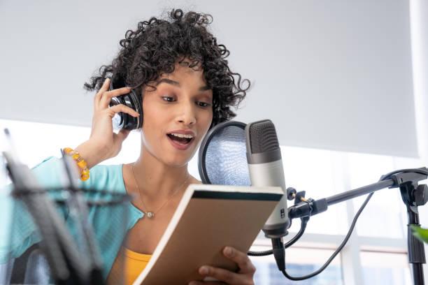 jonge zwarte vrouw podcast die haar manuscript leest - podcast stockfoto's en -beelden