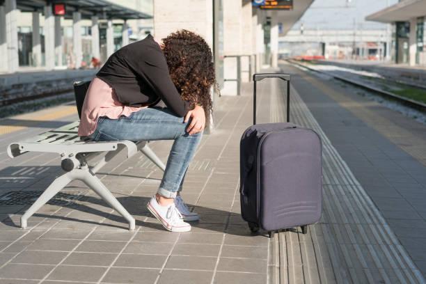 Jeune femme noire, attendant le train - Photo