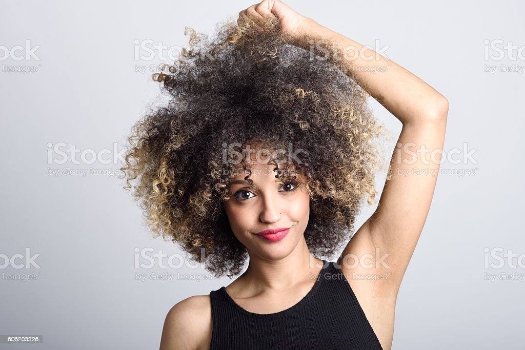 Young black woman with afro hairstyle smiling – Foto