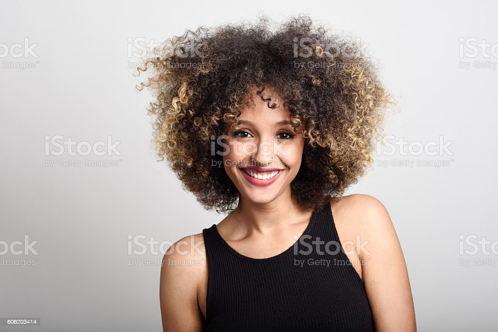 Young black woman with afro hairstyle smiling - foto de stock