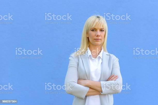 Ung Blond Affärskvinna Med Korslagda Armar-foton och fler bilder på Affärskvinna