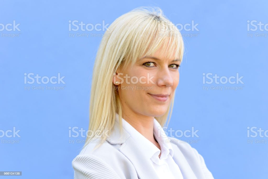 Young blond businesswoman with folded arms - Royalty-free Acima Foto de stock
